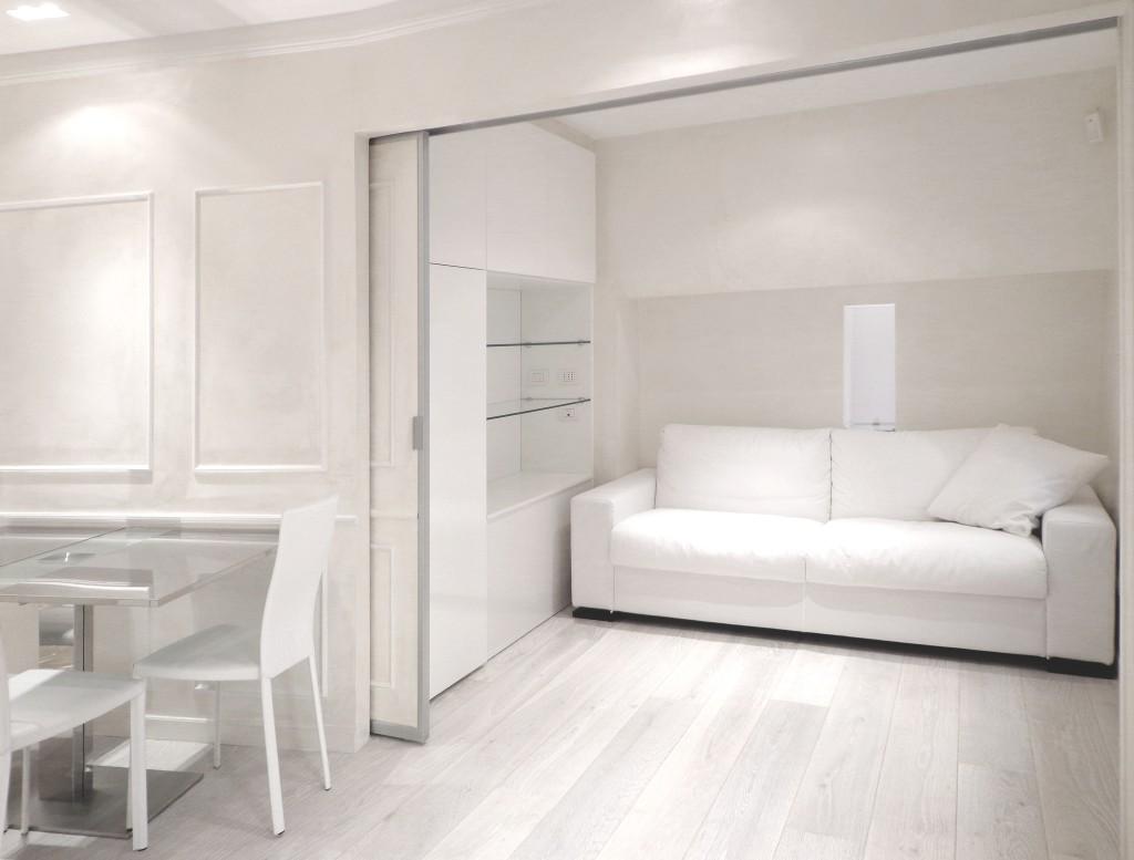 La camera degli ospiti svelata, tutta in total white