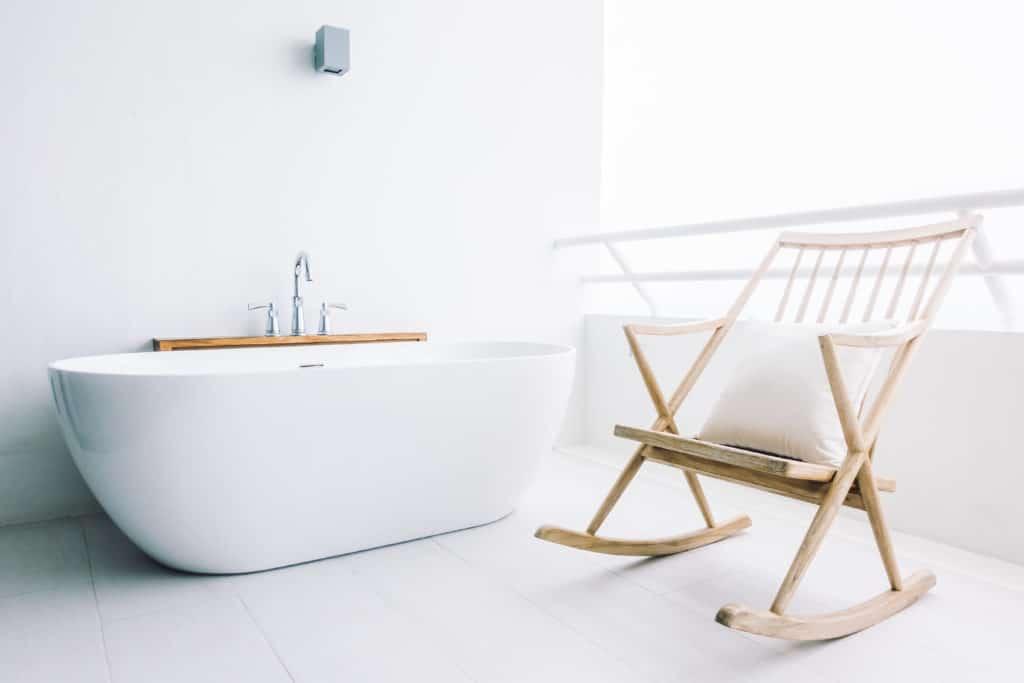bagno in stile minimal in total white con basca free standing