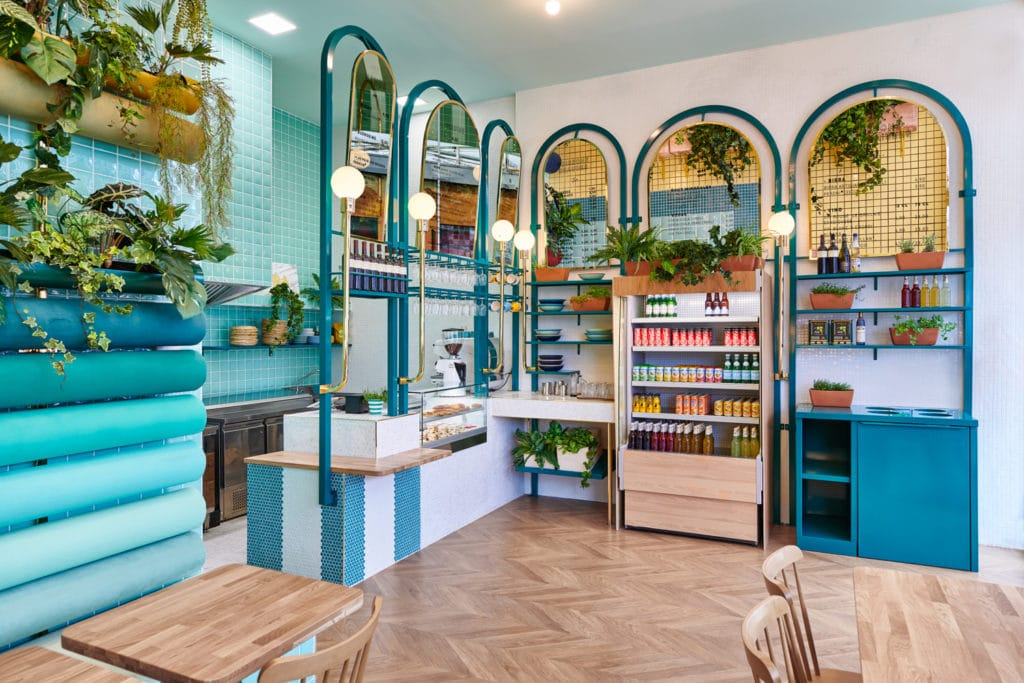 interno del ristorante Piada con vista sul bancone con luci anni '50 e specchi tondi e sul banco frigo