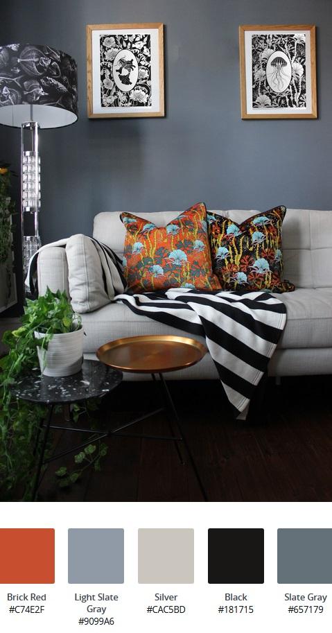 cos'è lo stile d'arredo massimalista: sofa bianco con cuscini a fantasia arancione, coperta a strisce bianche e nere, tavolini da caffè in metallo e lampada da terra