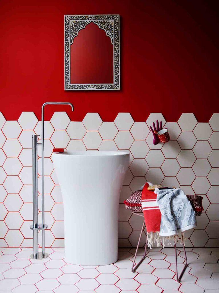 usare il rosso per arredare il bagno di casa