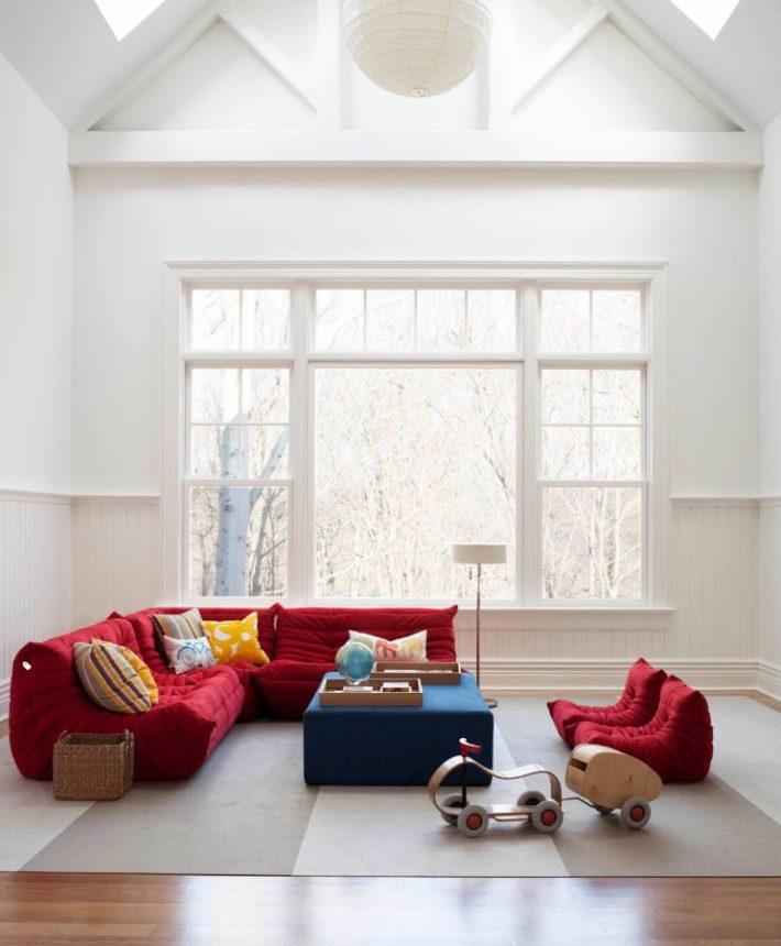usare il rosso per arredare un soggiorno con divano rosso e pareti bianche