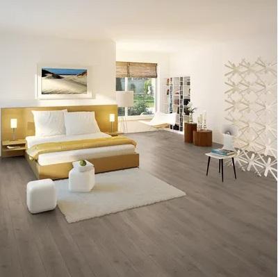 pavimento laminato tortora per camera da letto moderna con letto color senape