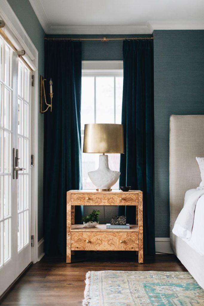 camera da letto con carta da parati blu e tende in velluto blu