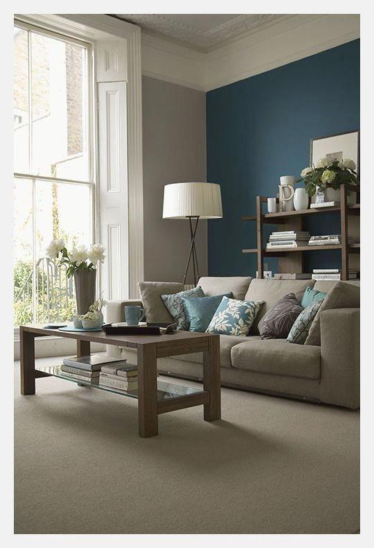 imbiancare casa colori e abbinamenti di tendenza in un soggiorno chiaro con parete di fondo scura