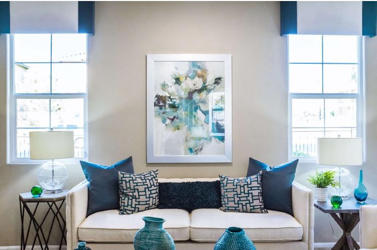 soggiorno bianco e blu in cui arredamento e arte coesistono perfettamente
