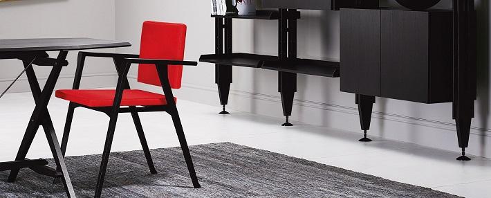 Poltroncina in legno con seduta e schienale rosso di Cassina