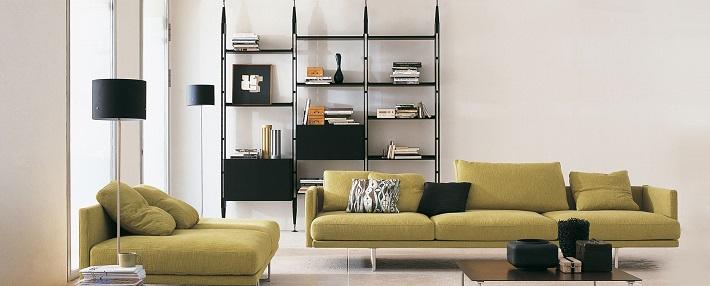 libreria in legno e acciaio Infinito con divano in tessuto verde mela
