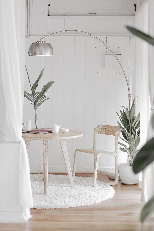 idee arredo casa piccola: tavolo da pranzo in legno tondo con lampada Arco