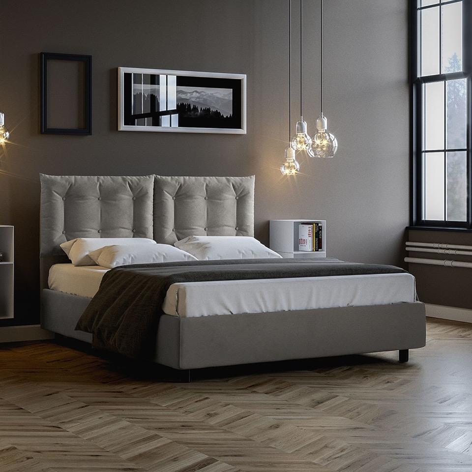 letto contenitore in tessuto grigio perla in camera da letto con parquet