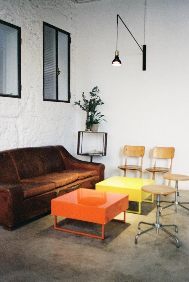 applique da parete nera su soggiorno industriale