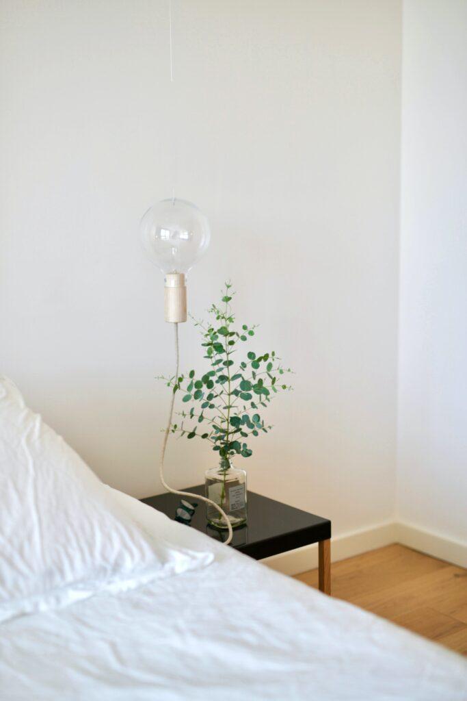 camera da letto comodino nero e applique a bulbo nudo