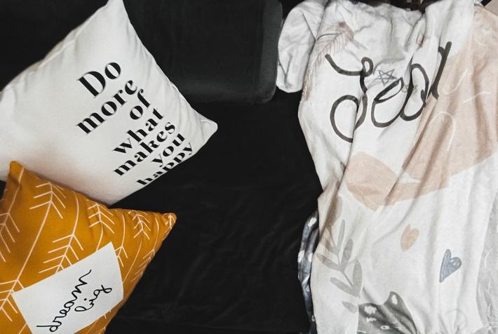 cuscini e coperta personalizzati Wanapix in giallo senape, bianco e nero e colori pastello