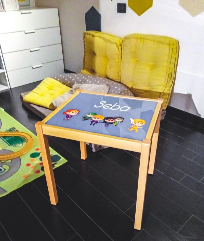 tavolino quadrato in legno con grafica personalizzata