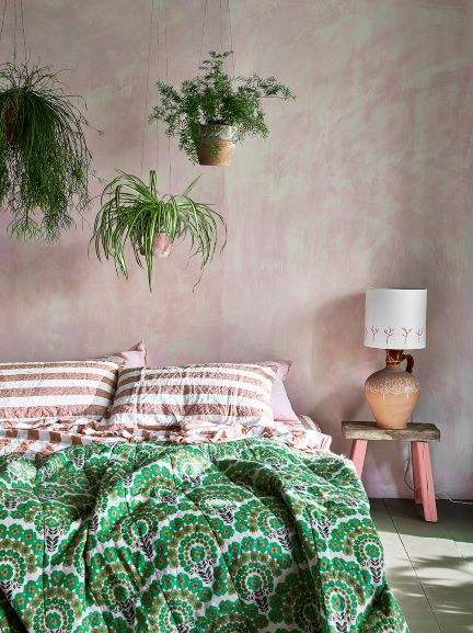 colori per stanze poco luminose: rosa cipria effetto spatolato in camera urban jungle