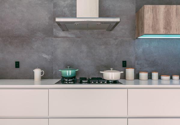 cucina bianca e noce con paraschizzi in metallo