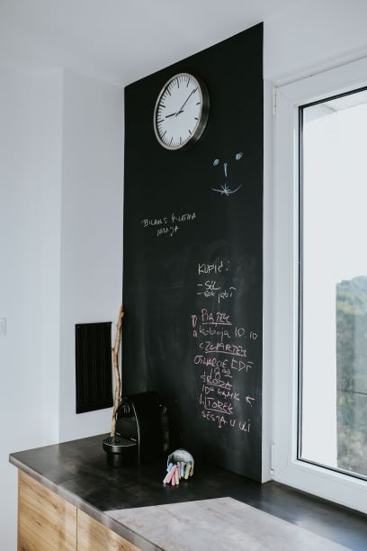 cucina con paraschizzi in pittura lavagna
