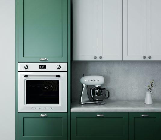 cucina verde smeraldo con paraschizzi in microcemento