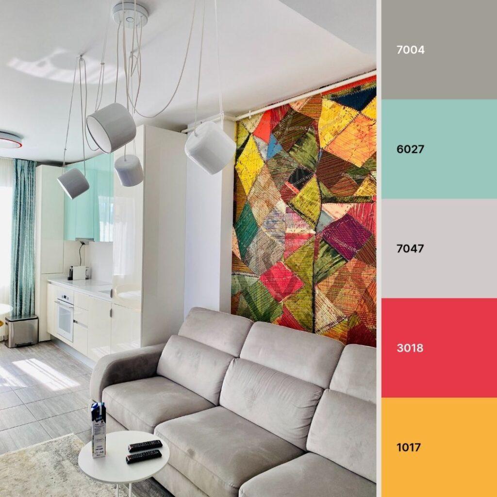soggiorno contemporaneo con colori vivaci e divano grigio